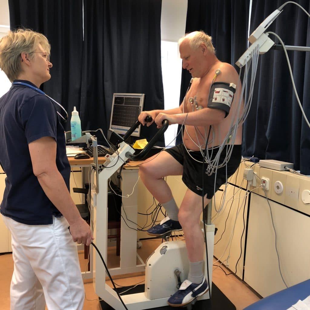 Medicinsk personal med en patient på testcykel